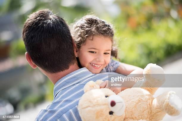 Fille embrassant son père