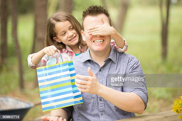 Vater Überraschungen Tochter mit Geschenk zum Vatertag. Outdoor. Kinder, Eltern.