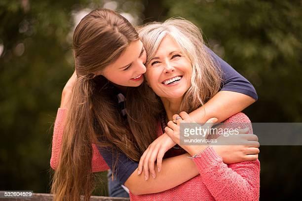 Madre con hija de sorpresas un abrazo desde atrás