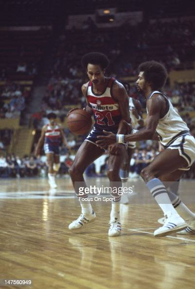 Dave Bing of the Washington Bullets is guarded closely by Randy Smith of the Buffalo Braves during an NBA basketball game circa 1976 at Buffalo...