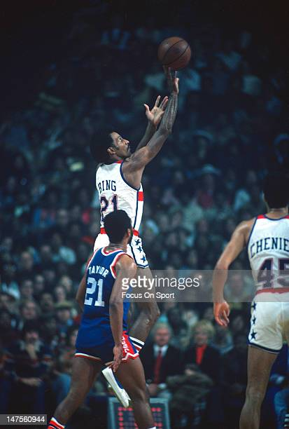 Dave Bing of the Washington Bullets shoots over Fatty Taylor of the Denver Nuggets during an NBA basketball game circa 1976 at the Capital Centre in...