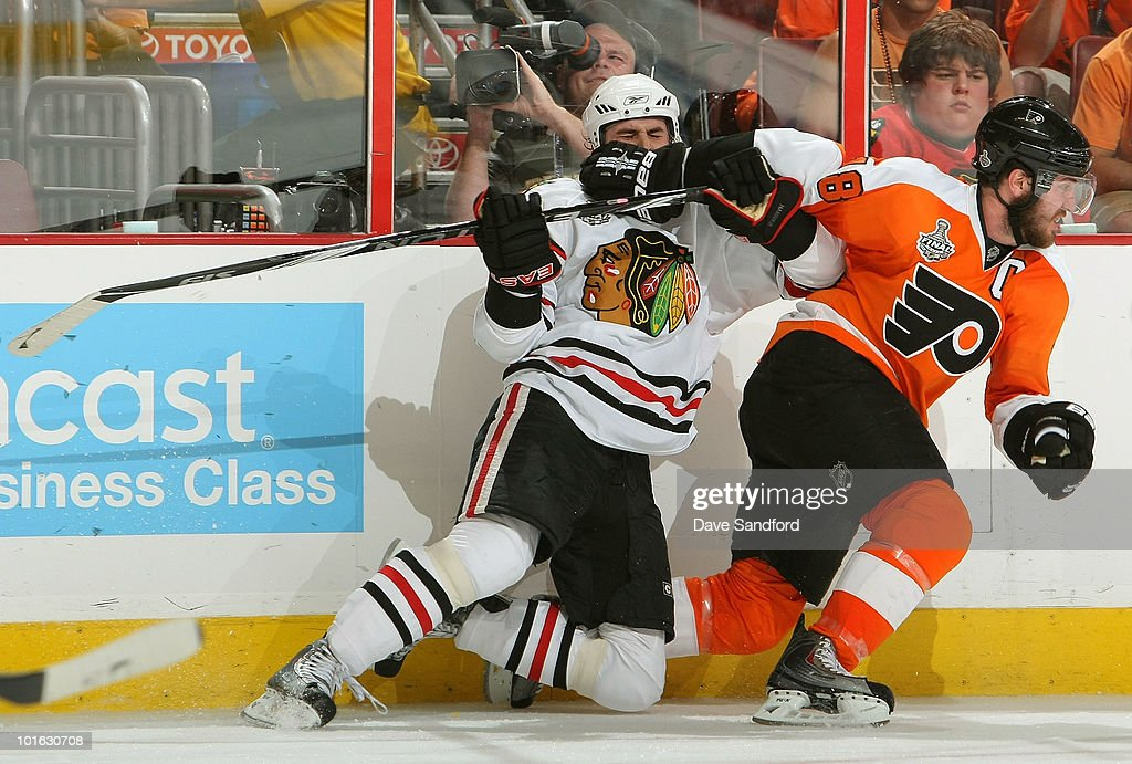 Dave Bolland of the Chicago Blackhawks collides with Mike Richards of the Philadelphia Flyers during the first period of Game Four of the 2010 NHL...