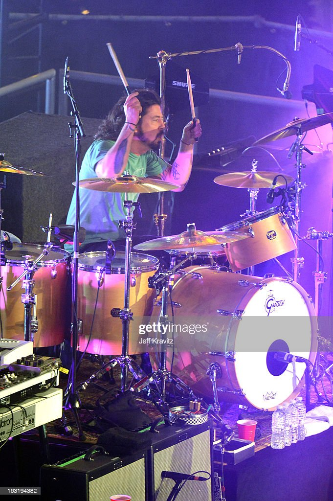<a gi-track='captionPersonalityLinkClicked' href=/galleries/search?phrase=Dave+Grohl&family=editorial&specificpeople=202539 ng-click='$event.stopPropagation()'>Dave Grohl</a> performs with the Sound City Players on 'Jimmy Kimmel Live' on March 5, 2013 in Hollywood, California.