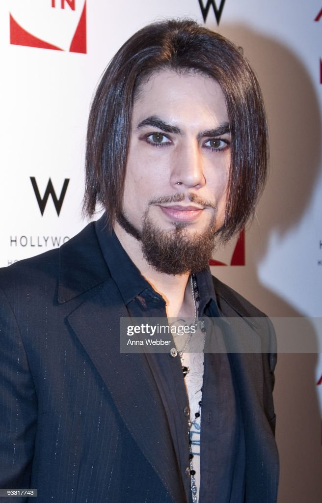 Dave Navarro arrives to Los Angeles Youth Network Benefit Rock Concert at the Avalon on November 22, 2009 in Hollywood, California.