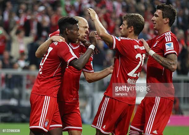 David Alaba wird nach seinem verwandelten Elfmeter von Arjen Robben Thomas Müller Mario Mandzukic gefeiert Fussball Bundesliga FC Bayern München...