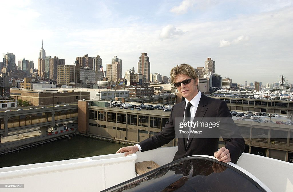 David bowie disembarks the qe2 in new york city from for David bowie nyc apartment
