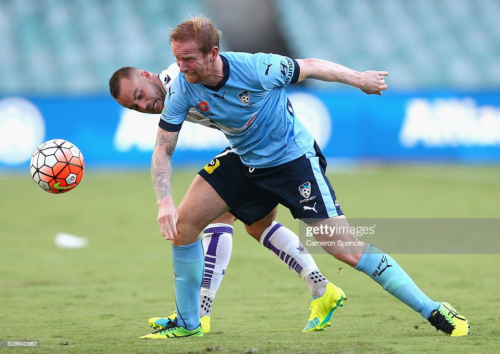 <a gi-track='captionPersonalityLinkClicked' href=/galleries/search?phrase=David+Carney+-+Soccer+Player&family=editorial&specificpeople=6991545 ng-click='$event.stopPropagation()'>David Carney</a> of Sydney FC and <a gi-track='captionPersonalityLinkClicked' href=/galleries/search?phrase=Marc+Warren+-+Soccer+Player&family=editorial&specificpeople=15200750 ng-click='$event.stopPropagation()'>Marc Warren</a> of the Glory contest the ball during the round 19 A-League match between Sydney FC and the Perth Glory at Allianz Stadium on February 13, 2016 in Sydney, Australia.