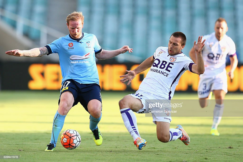<a gi-track='captionPersonalityLinkClicked' href=/galleries/search?phrase=David+Carney+-+Soccer+Player&family=editorial&specificpeople=6991545 ng-click='$event.stopPropagation()'>David Carney</a> of Sydney FC and Nebojsa Marinkovic of the Glory contet the ball during the round 19 A-League match between Sydney FC and the Perth Glory at Allianz Stadium on February 13, 2016 in Sydney, Australia.
