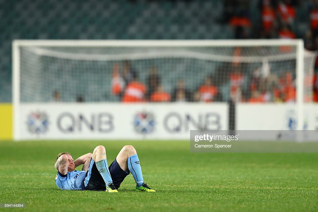 <a gi-track='captionPersonalityLinkClicked' href=/galleries/search?phrase=David+Carney+-+Soccer+Player&family=editorial&specificpeople=6991545 ng-click='$event.stopPropagation()'>David Carney</a> of Sydney FC looks dejected at the conclusion of the AFC Asian Champions League match between Sydney FC and Shandong Luneng at Allianz Stadium on May 25, 2016 in Sydney, Australia.