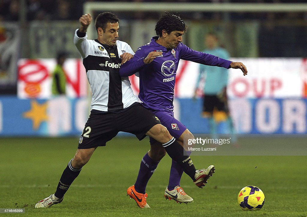 David Cortez Pizarro (R) of ACF Fiorentina competes for the ball with <a gi-track='captionPersonalityLinkClicked' href=/galleries/search?phrase=Marco+Marchionni&family=editorial&specificpeople=615713 ng-click='$event.stopPropagation()'>Marco Marchionni</a> of Parma FC during the Serie A match between Parma FC and ACF Fiorentina at Stadio Ennio Tardini on February 24, 2014 in Parma, Italy.