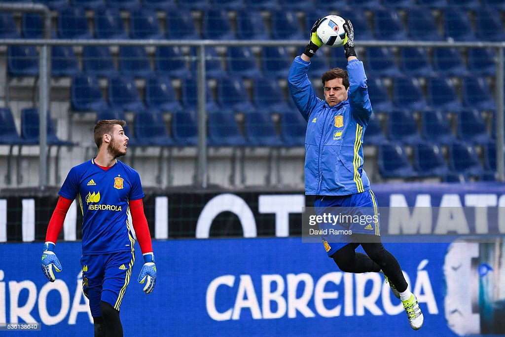 <a gi-track='captionPersonalityLinkClicked' href=/galleries/search?phrase=David+de+Gea&family=editorial&specificpeople=3000749 ng-click='$event.stopPropagation()'>David de Gea</a> (L) and <a gi-track='captionPersonalityLinkClicked' href=/galleries/search?phrase=Iker+Casillas&family=editorial&specificpeople=215446 ng-click='$event.stopPropagation()'>Iker Casillas</a> of Spain in action during a training session at the Red Bull Arena stadium on May 31, 2016 in Salzburg, Austria.