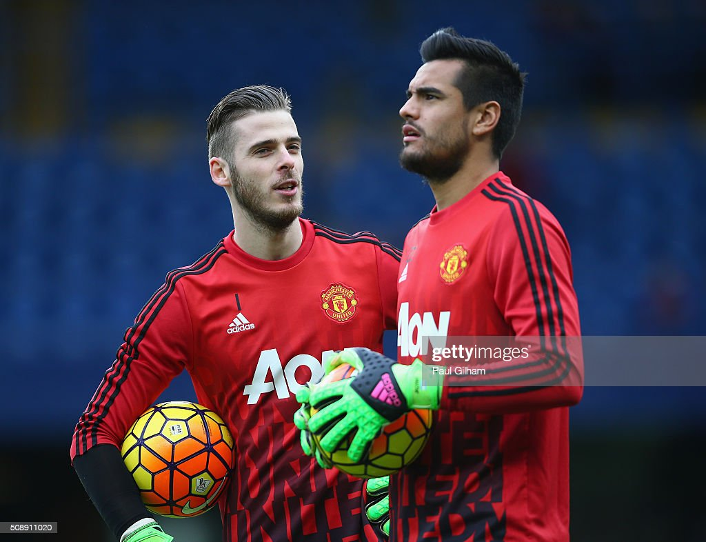 David De Gea of Manchester United talks to <a gi-track='captionPersonalityLinkClicked' href=/galleries/search?phrase=Sergio+Romero&family=editorial&specificpeople=4100804 ng-click='$event.stopPropagation()'>Sergio Romero</a> of Manchester United during the Barclays Premier League match between Chelsea and Manchester United at Stamford Bridge on February 7, 2016 in London, England.
