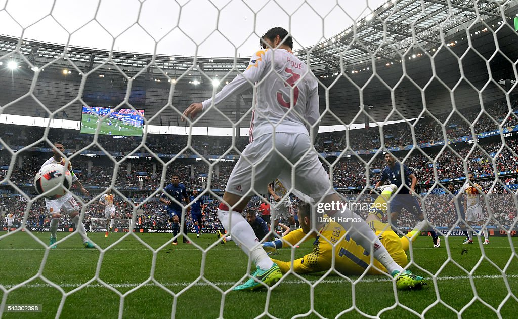 <a gi-track='captionPersonalityLinkClicked' href=/galleries/search?phrase=David+de+Gea&family=editorial&specificpeople=3000749 ng-click='$event.stopPropagation()'>David de Gea</a> of Spain makes a save during the UEFA EURO 2016 round of 16 match between Italy and Spain at Stade de France on June 27, 2016 in Paris, France.
