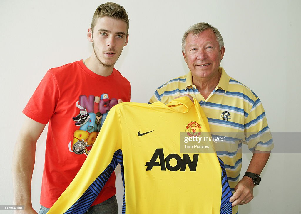 David De Gea (L) poses with Manager Sir Alex Ferguson after signing for the club at the Carrington Training Ground on June 28, 2011 in Manchester, United Kingdom. (Photo by Tom Purslow/Man Utd via Getty Images