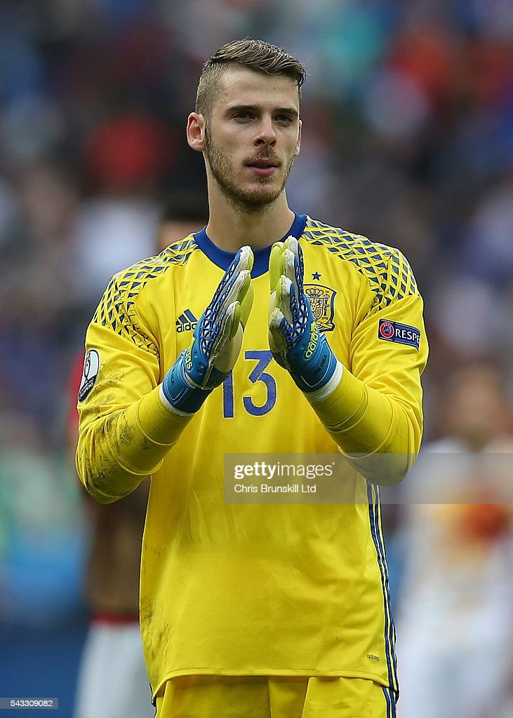 David Di Gea of Spain applauds the supporters at full-time following the UEFA Euro 2016 Round of 16 match between Italy and Spain at Stade de France on June 27, 2016 in Paris, France.