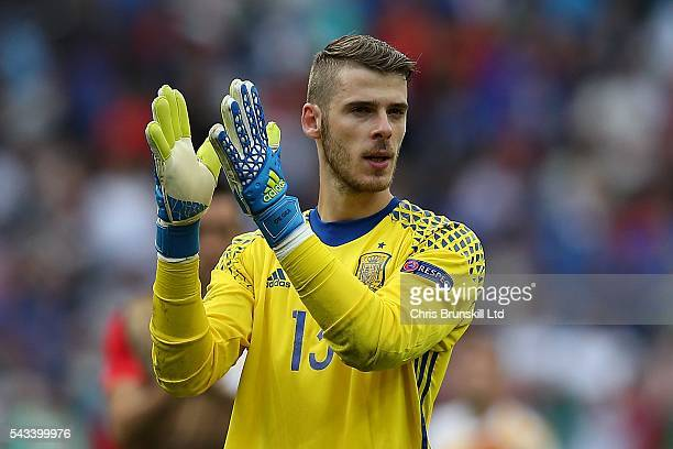 David Di Gea of Spain applauds the supporters at fulltime following the UEFA Euro 2016 Round of 16 match between Italy and Spain at Stade de France...