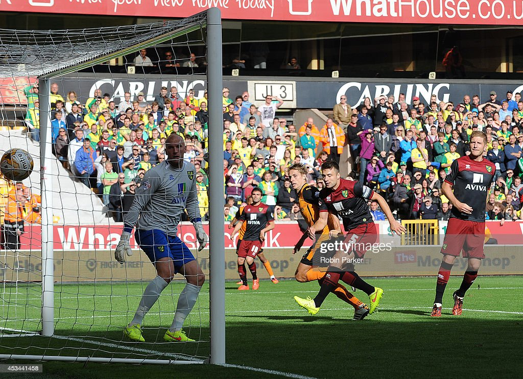 David Edwards of Wolverhampton Wanderers scores a goal past Norwich City goalkeeper <a gi-track='captionPersonalityLinkClicked' href=/galleries/search?phrase=John+Ruddy&family=editorial&specificpeople=822348 ng-click='$event.stopPropagation()'>John Ruddy</a> during the Sky Bet Championship match between Wolverhampton Wanderers and Norwich City at the Molineux Stadium on August 10, 2014 in Wolverhampton, England.