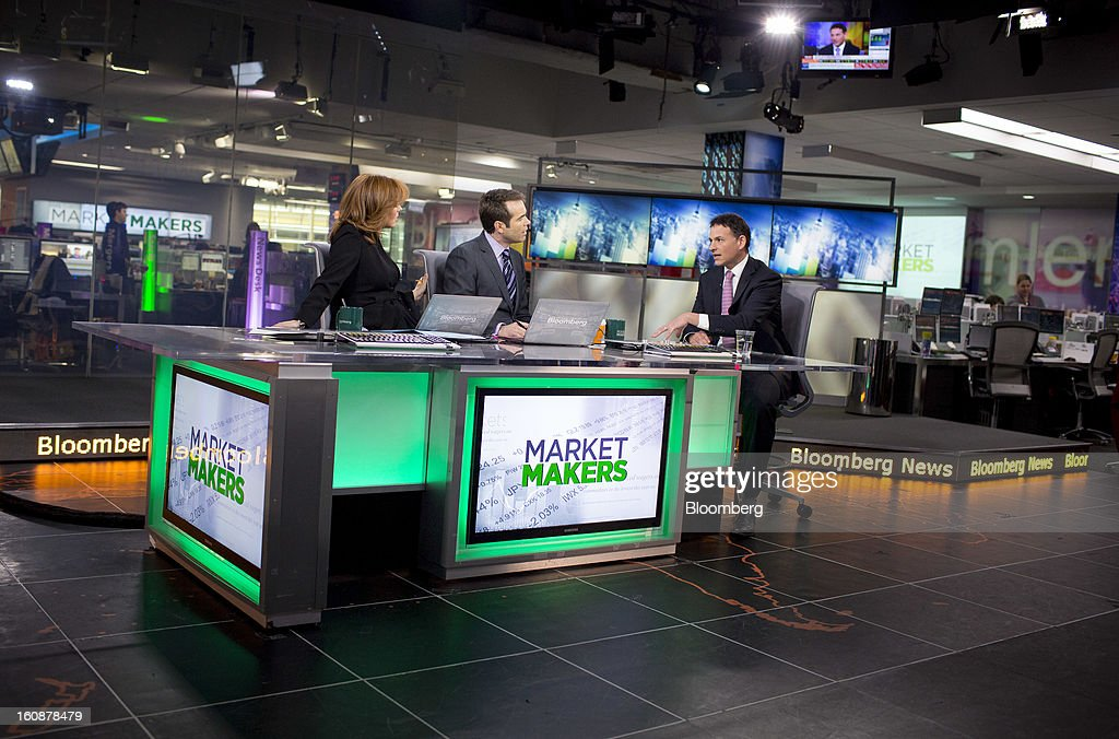 David Einhorn, president and co-founder of Greenlight Capital Inc., right, speaks during a Bloomberg Television interview in New York, U.S., on Thursday, Feb. 7, 2013. Apple Inc., the world's most valuable technology company, is being urged by Einhorn's Greenlight Capital Inc. to return more of its $137.1 billion in cash to shareholders. Photographer: Scott Eells/Bloomberg via Getty Images