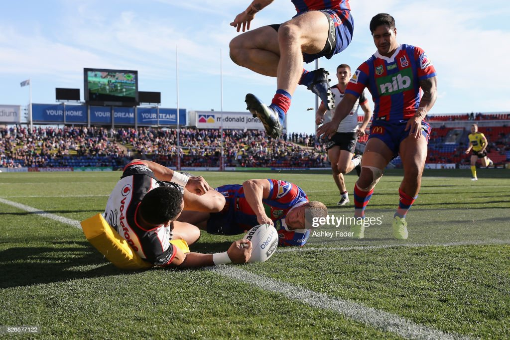 David Fusitu'a of the Warriors scores a try with Trent Hodkinson of the Knights in defence during the round 22 NRL match between the Newcastle Knights and the New Zealand Warriors at McDonald Jones Stadium on August 5, 2017 in Newcastle, Australia.