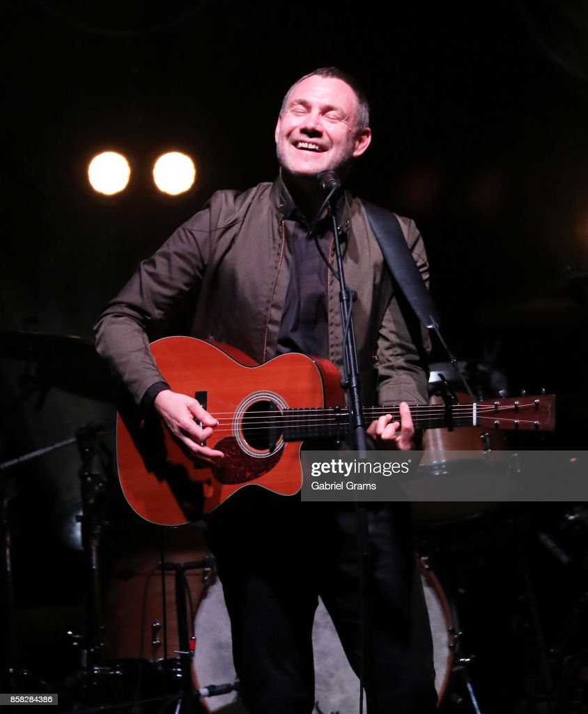 David Gray performs onstage at Rosemont Theatre on October 5, 2017 in Chicago, Illinois.