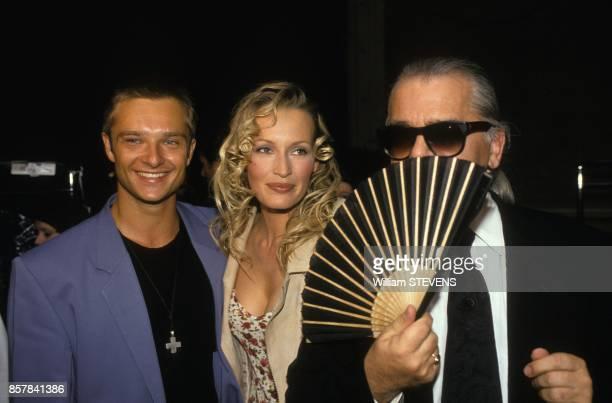 David Hallyday et son epouse Estelle aux cotes de Karl Lagerfeld pendant le defile Chanel HauteCouture AutomneHiver 19931994 en juillet 1993 a Paris...