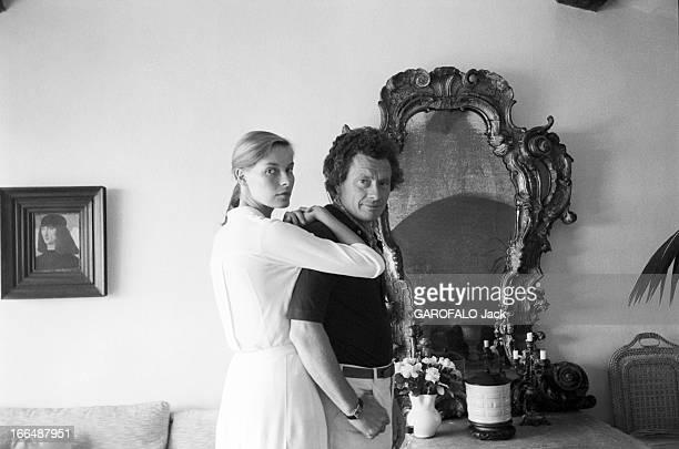 David Hamilton And His Companion Mona In Ramatuelle Ramatuelle 2 septembre 1976 David HAMILTON photographe Britannique et sa compagne Mona contre lui...
