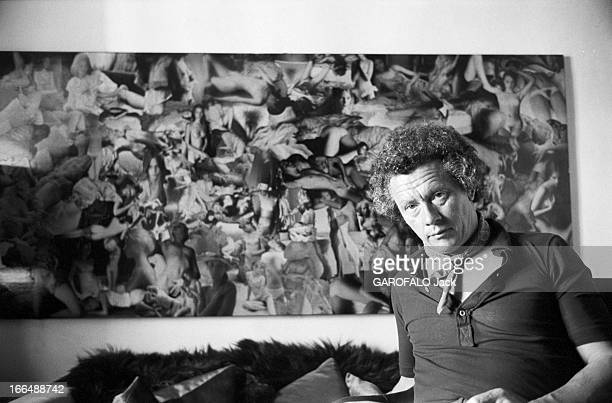David Hamilton And His Companion Mona In Ramatuelle Ramatuelle 2 septembre 1976 David HAMILTON photographe Britannique assis dans un canapé devant un...