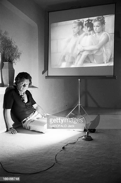 David Hamilton And His Companion Mona In Ramatuelle Ramatuelle 2 septembre 1976 David HAMILTON photographe Britannique assis au sol dans son studio...