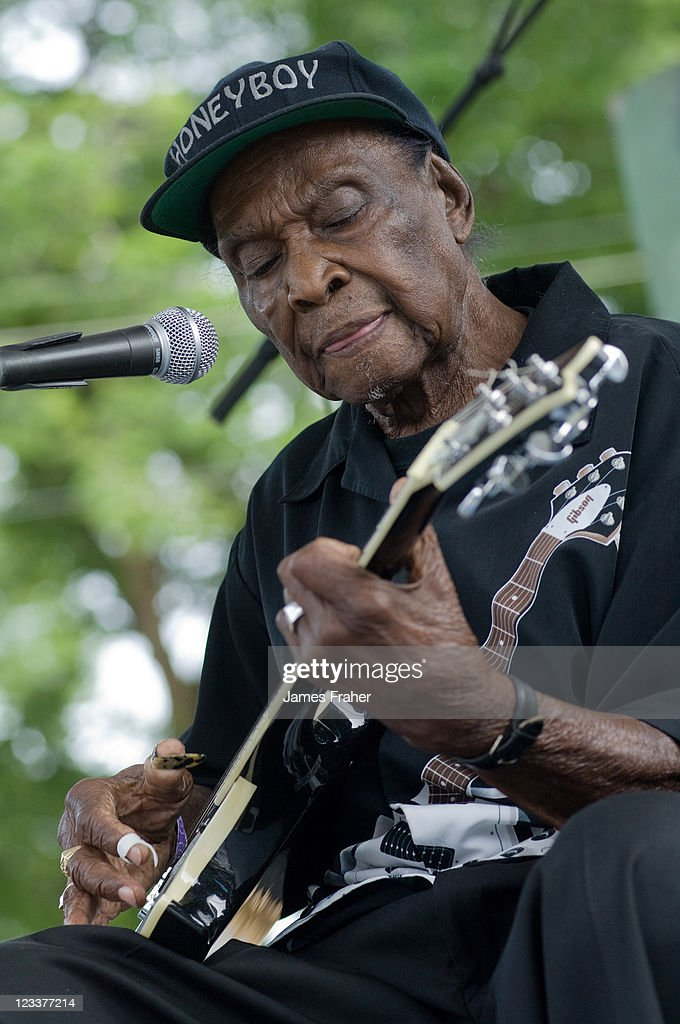 David Honeyboy Edwards performs on stage at The Chicago Blues Festival on June 12, 2010 in Chicago, Illinois, USA.