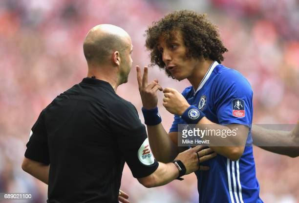 David Luiz of Chelsea argues with referee Anthony Taylor during The Emirates FA Cup Final between Arsenal and Chelsea at Wembley Stadium on May 27...