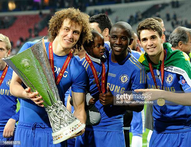 David Luiz with Ramires and Oscar celebrate with the trophy after the UEFA Europa League Final between SL Benfica and Chelsea FC at the Amsterdam...