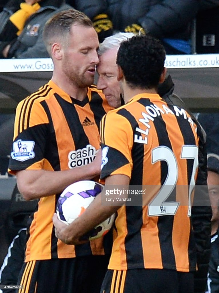 <a gi-track='captionPersonalityLinkClicked' href=/galleries/search?phrase=David+Meyler&family=editorial&specificpeople=5472116 ng-click='$event.stopPropagation()'>David Meyler</a> of Hull City clashes with <a gi-track='captionPersonalityLinkClicked' href=/galleries/search?phrase=Alan+Pardew&family=editorial&specificpeople=171147 ng-click='$event.stopPropagation()'>Alan Pardew</a>, Manager of Newcastle United during the Barclays Premier League match between Hull City and Newcastle United at KC Stadium on March 1, 2014 in Hull, England.
