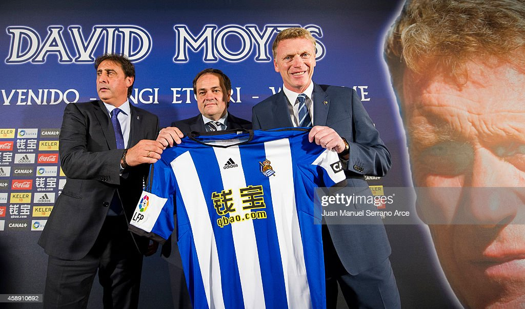 David Moyes (R) holds up a Real Sociedad shirt with Real Sociedad president Jokin Aperribay (C) and Director General Lorenzo Juarros while being presented as Real's new head coach at Estadio Anoeta on November 13, 2014 in San Sebastian, .