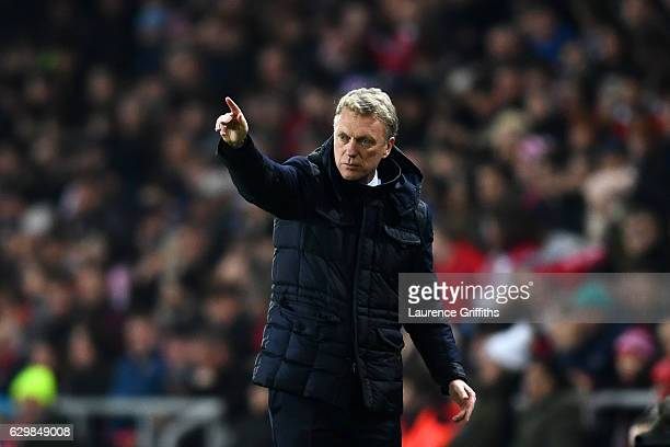 David Moyes Manager of Sunderland gives his team instructions during the Premier League match between Sunderland and Chelsea at Stadium of Light on...