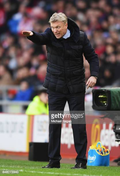 David Moyes Manager of Sunderland gives his team instructions during the Premier League match between Sunderland and Manchester City at Stadium of...