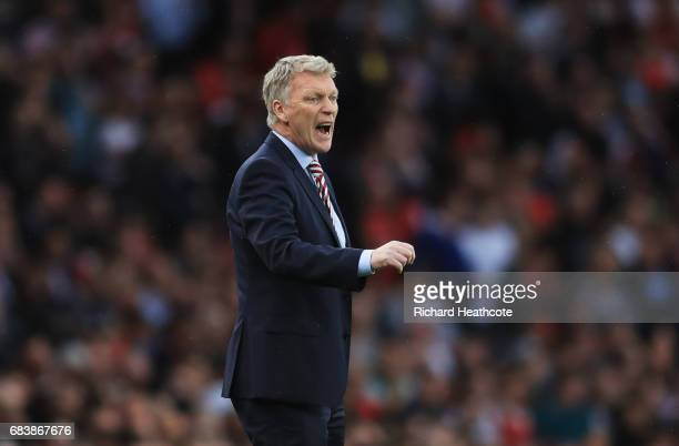 David Moyes Manager of Sunderland gives his team instructions during the Premier League match between Arsenal and Sunderland at Emirates Stadium on...