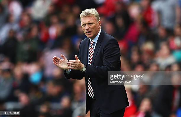 David Moyes Manager of Sunderland gives his team some encouragement during the Premier League match between Sunderland and West Bromwich Albion at...