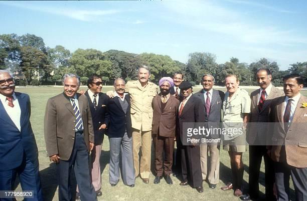 David Niven Gregory Peck und Einheimische Dreharbeiten zum Kinofilm 'Die Seewölfe kommen' Neu Dehli Indien Asien Uniform Kostüm Schauspieler