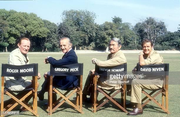 David Niven Trevor Howard Gregory Peck Roger Moore Dreharbeiten zum Kinofilm 'Die Seewölfe kommen' Neu Dehli Indien Asien Uniform Kostüm Regiestuhl...