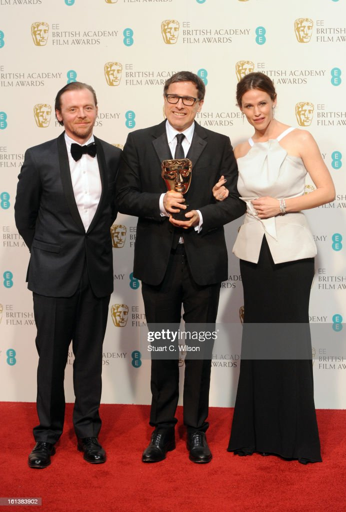 David O Russell winner of the Adapted Screenplay award for 'Silver Linings Playbook' poses in the press room with presenters Simon Pegg and Jennifer...