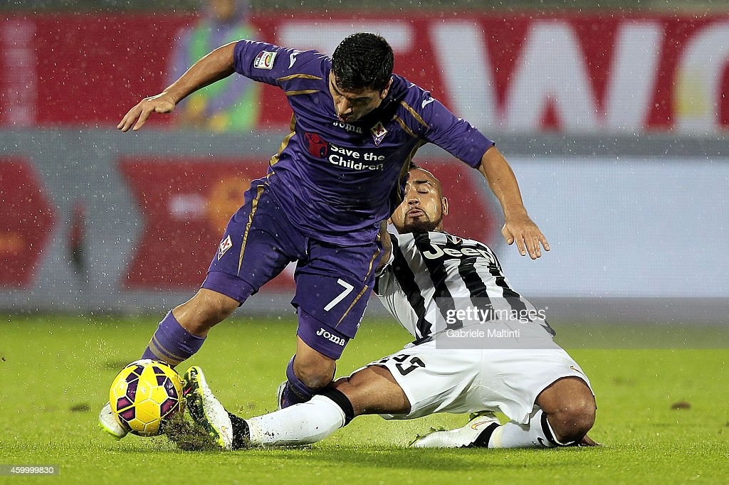 David Pizarro of ACF Fiorentina fights for the ball with Arturo Vidal of Juventus FC during the Serie A match between ACF Fiorentina and Juventus FC at Stadio Artemio Franchi on December 5, 2014 in Florence, Italy.