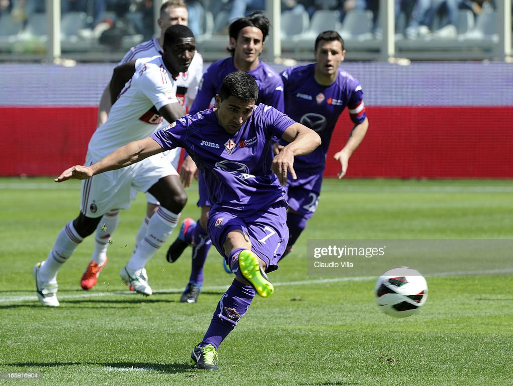 <a gi-track='captionPersonalityLinkClicked' href=/galleries/search?phrase=David+Pizarro&family=editorial&specificpeople=638720 ng-click='$event.stopPropagation()'>David Pizarro</a> of ACF Fiorentina scores the second goal during the Serie A match between ACF Fiorentina and AC Milan at Stadio Artemio Franchi on April 7, 2013 in Florence, Italy.