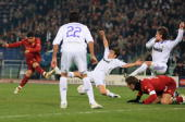 David Pizarro of Roma scores his goal during the UEFA Champions League first knockout round first leg match between AS Roma and Real Madrid at the...