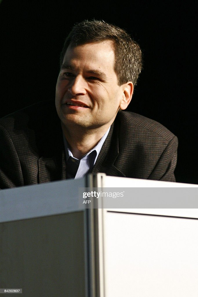 David Pogue, a technology columnist for the New York Times, speaks with video game designer and Internet celebrity Matt Harding (out of frame) about his international dancing videos during the Macworld Expo 2009 in San Francisco, CA, Wednesday, Jan. 7, 2009. Tens of thousands of Macintosh consumers as well as Apple engineers and developers attended the annual technology fair where new Mac-compatible products were showcased along with the release of Apple's latest computer gadgets and software updates. New versions of iWork and iLife were also announced. AFP PHOTO / Ryan Anson