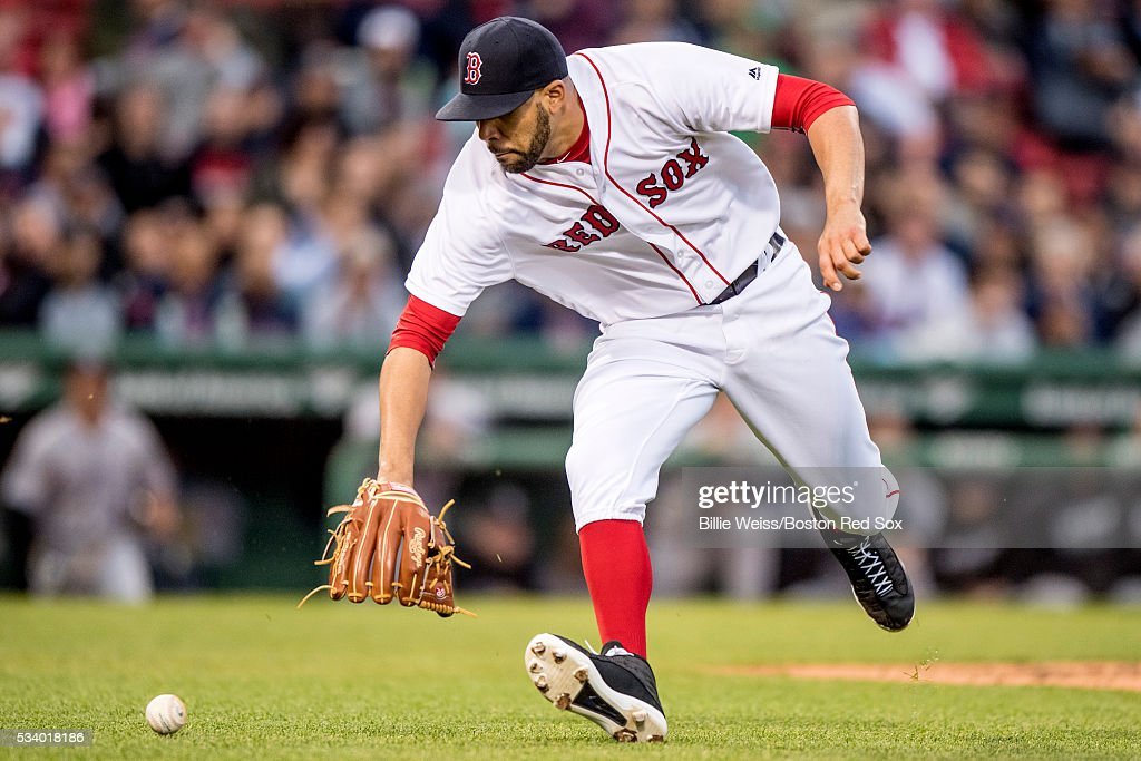 <a gi-track='captionPersonalityLinkClicked' href=/galleries/search?phrase=David+Price+-+Baseballspieler&family=editorial&specificpeople=4961936 ng-click='$event.stopPropagation()'>David Price</a> #24 of the Boston Red Sox fields a ground ball during the second inning of a game against the Colorado Rockies on May 24, 2016 at Fenway Park in Boston, Massachusetts.