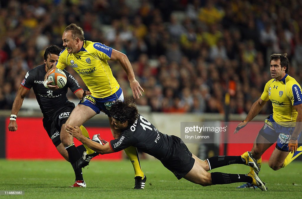 <a gi-track='captionPersonalityLinkClicked' href=/galleries/search?phrase=David+Skrela&family=editorial&specificpeople=596534 ng-click='$event.stopPropagation()'>David Skrela</a> of Stade Toulousain Rugby tackles <a gi-track='captionPersonalityLinkClicked' href=/galleries/search?phrase=Marius+Joubert&family=editorial&specificpeople=217764 ng-click='$event.stopPropagation()'>Marius Joubert</a> of ASM Clermont Auvergne during the French Top 14 Semi Final between Stade Toulouse Rugby and ASM Clermont Auvergne at Stade Velodrome Marseille on May 27, 2011 in Marseille, France.