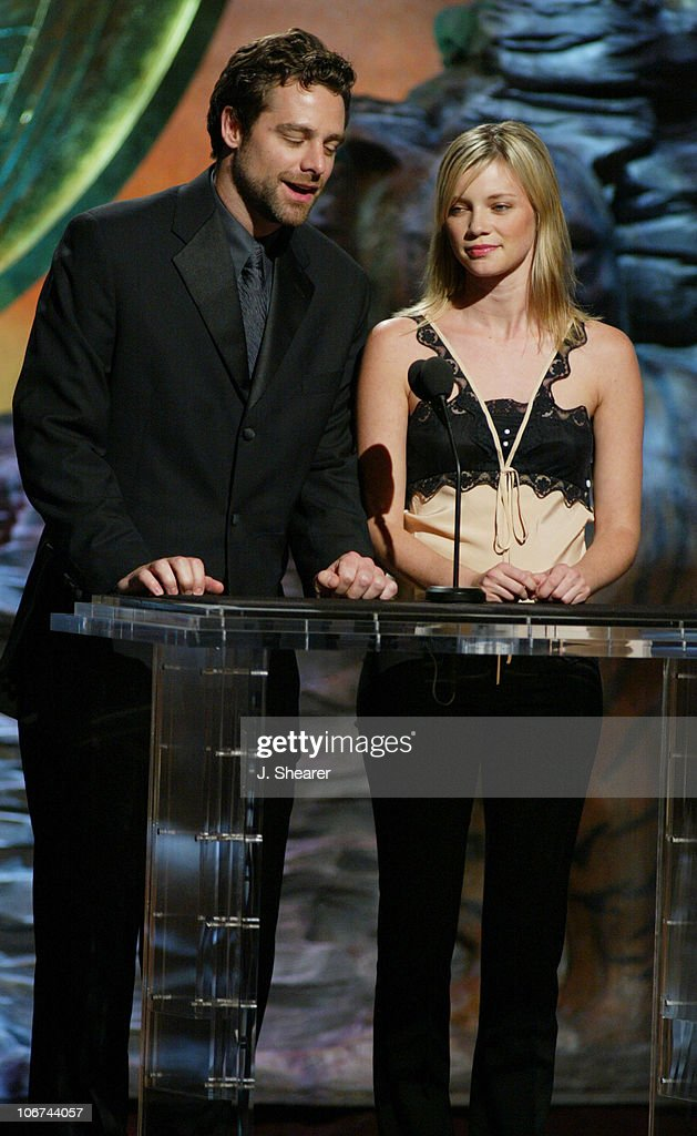 David Sutcliffe and Amy Smart present the Genesis Award for Cable Documentary Series to 'Ultimate Explorer'