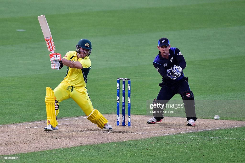 David Warner of Australia (L) plays a shot as New Zealand's wicketkeeper Luke Ronchi (R) reacts during the second one-day international cricket match between New Zealand and Australia at Westpac Stadium in Wellington on February 6, 2016. AFP PHOTO / MARTY MELVILLE / AFP / Marty Melville