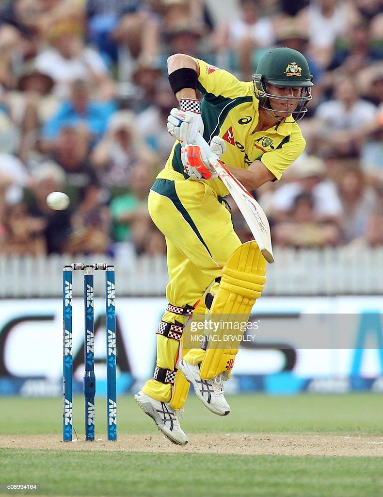 David Warner of Australia plays a shot during the third one-day international cricket match between New Zealand and Australia at Seddon Park in Hamilton on February 8, 2016. AFP PHOTO / MICHAEL BRADLEY / AFP / MICHAEL BRADLEY
