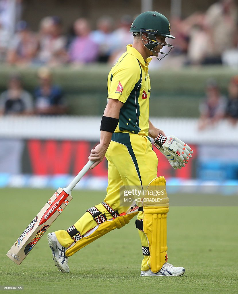 David Warner of Australia walks off after being dismissed during the third one-day international cricket match between New Zealand and Australia at Seddon Park in Hamilton on February 8, 2016.   AFP PHOTO / MICHAEL BRADLEY / AFP / MICHAEL BRADLEY